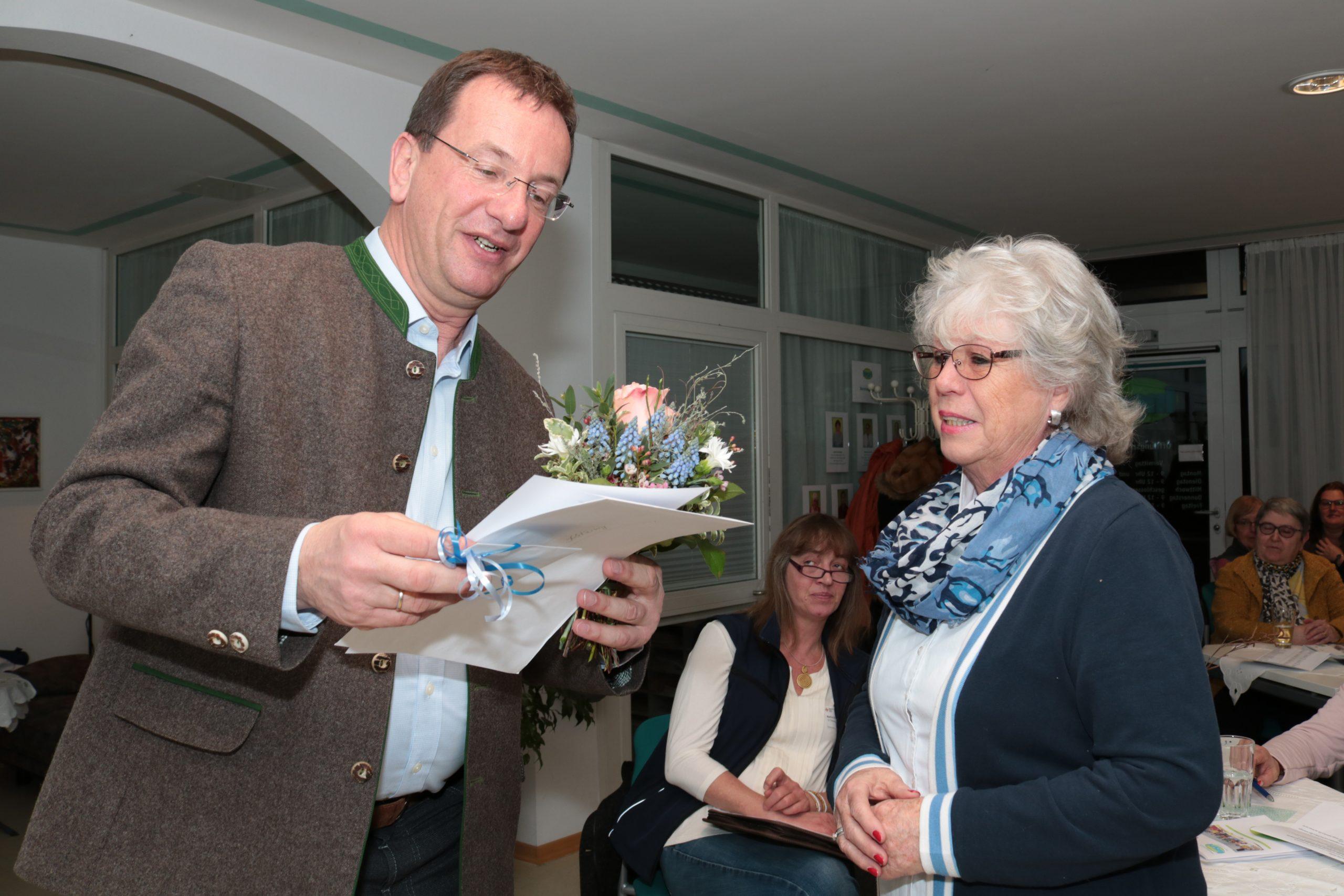 OB Andreas Haas überreicht Gisela Kitzing die Urkunde für 10 Jahre ehrenamtliche Tätigkeit