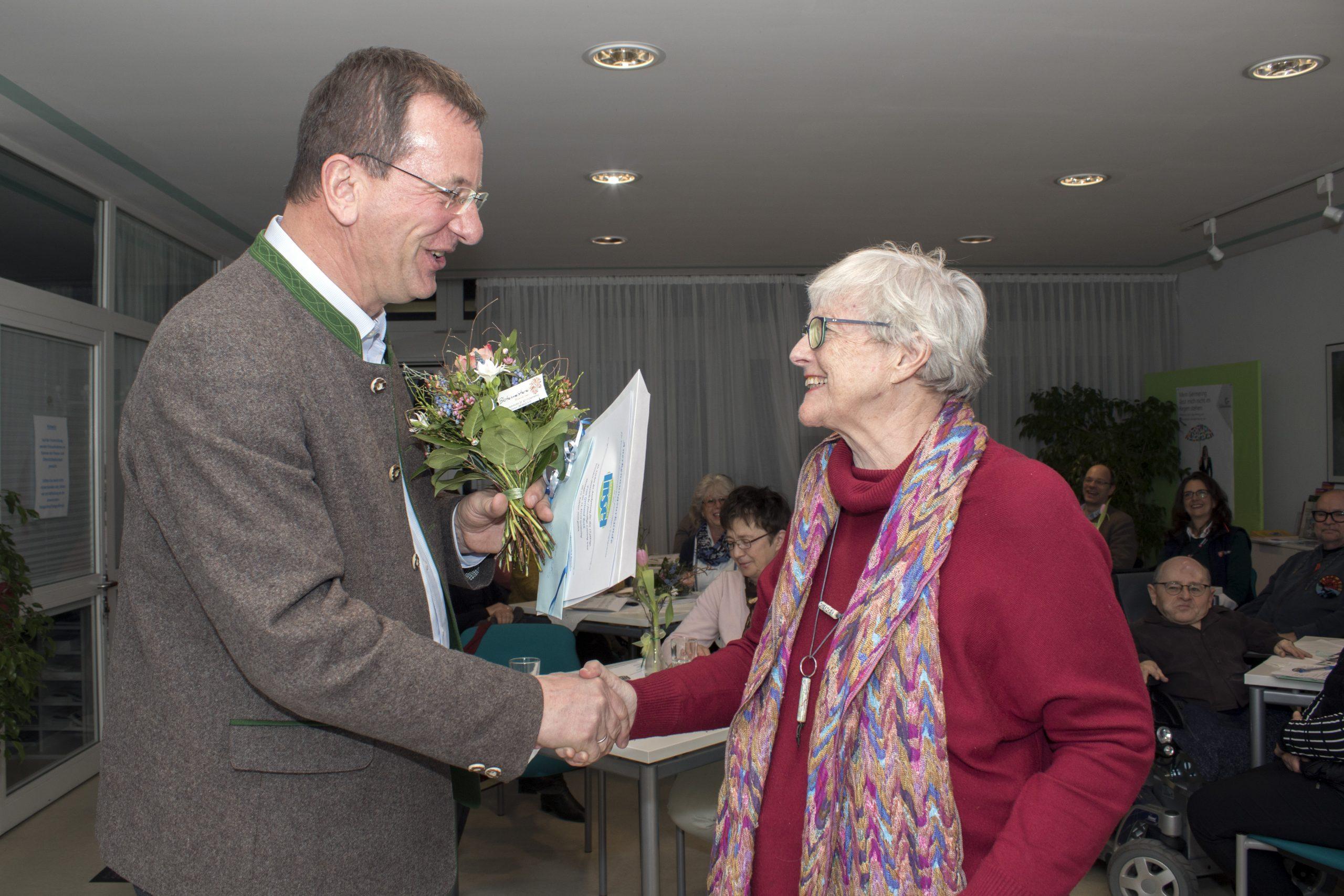 OB Andreas Haas überreicht Gertraud Roth die Urkunde für 15 Jahre Ehrenamt