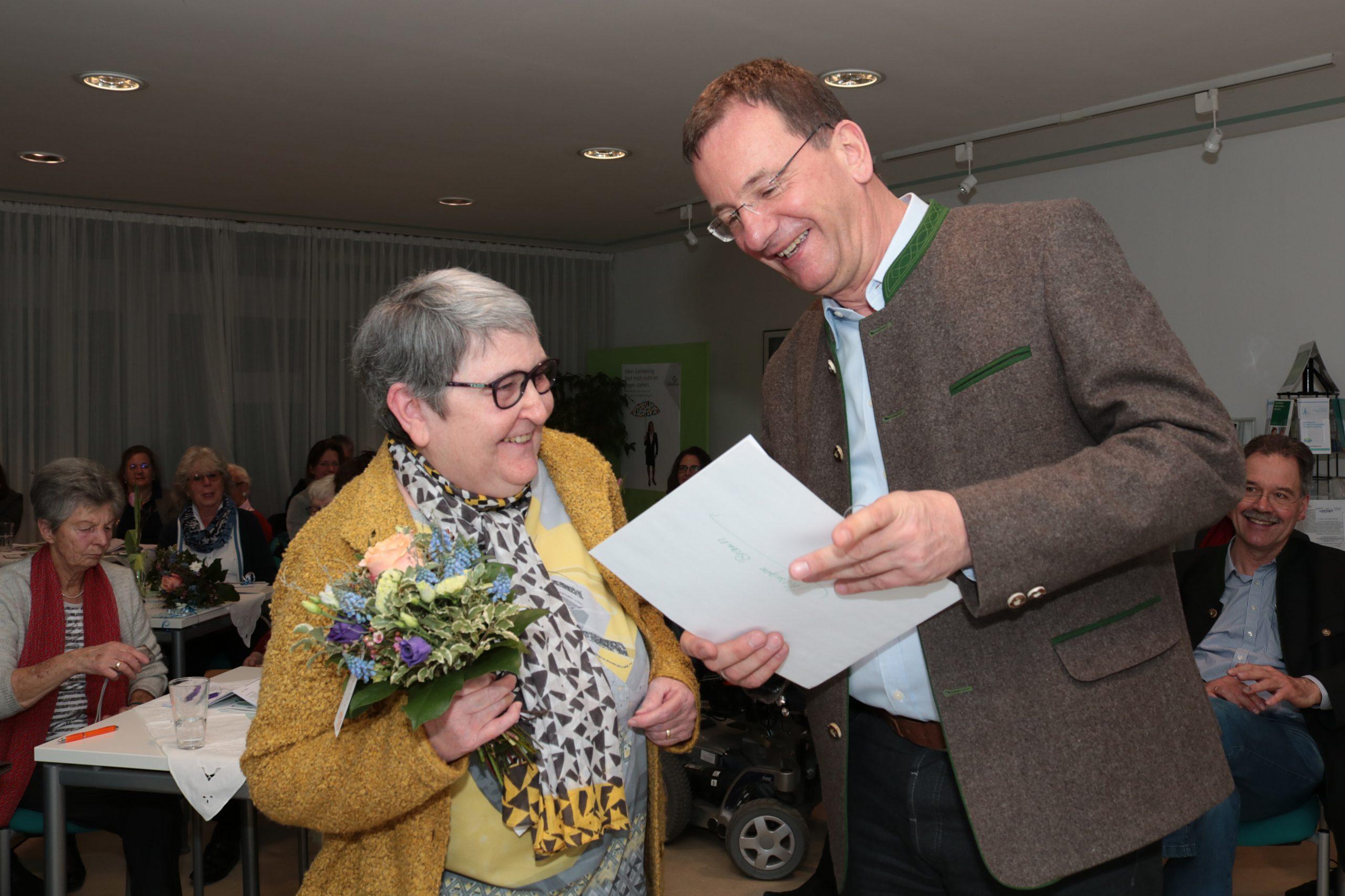 OB Andreas Haas überreicht Monique Braun die Urkunde für 25 Jahre Ehrenamt