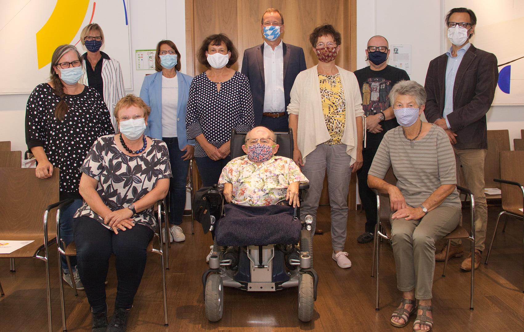 Der Vorstand des Vereins zur Koordination sozialer Aufgaben Germering mit den Beisitzern und Anita Schindler, Leiterin der Germeringer Insel